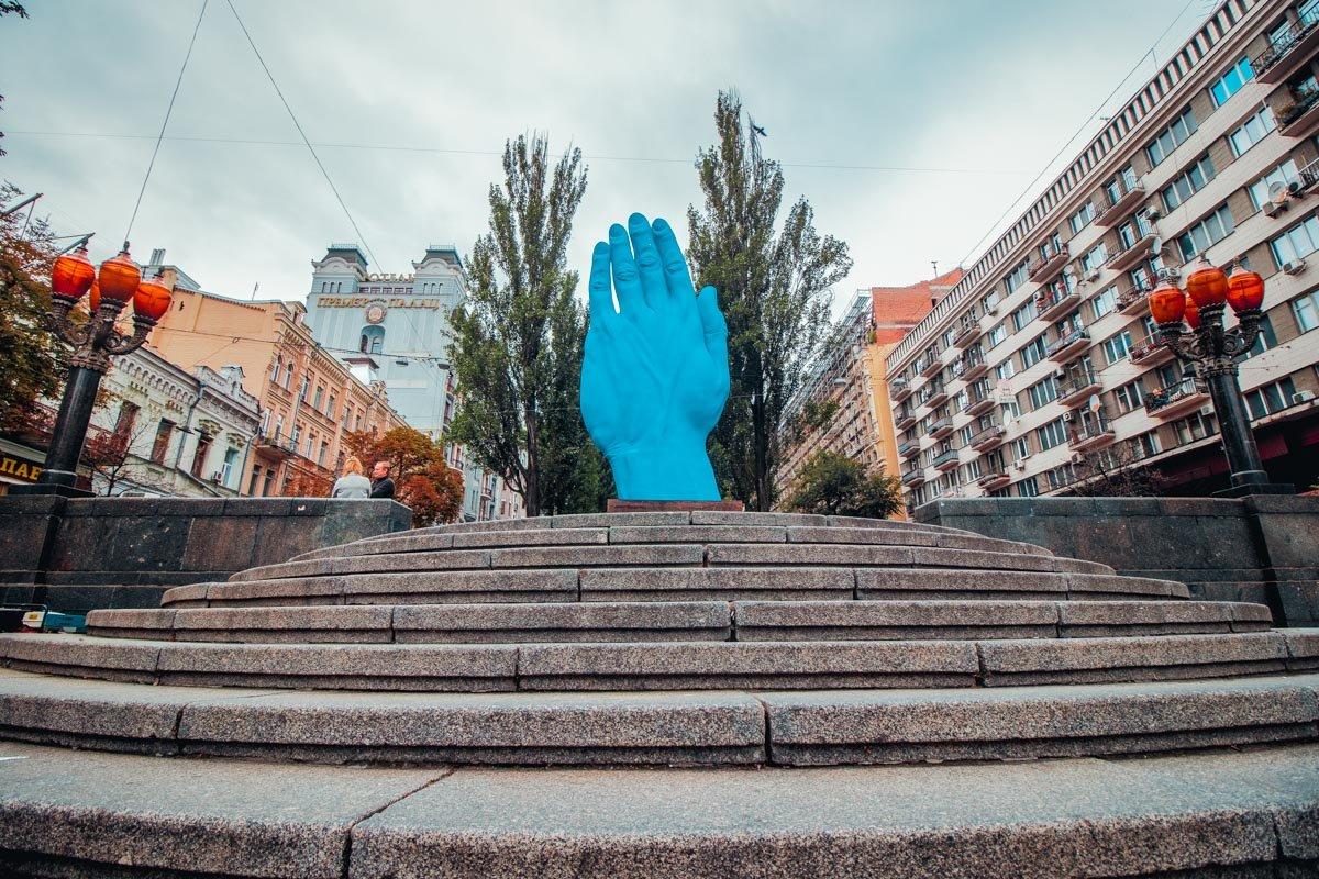 У центрі столиці з'явилася величезна синя рука