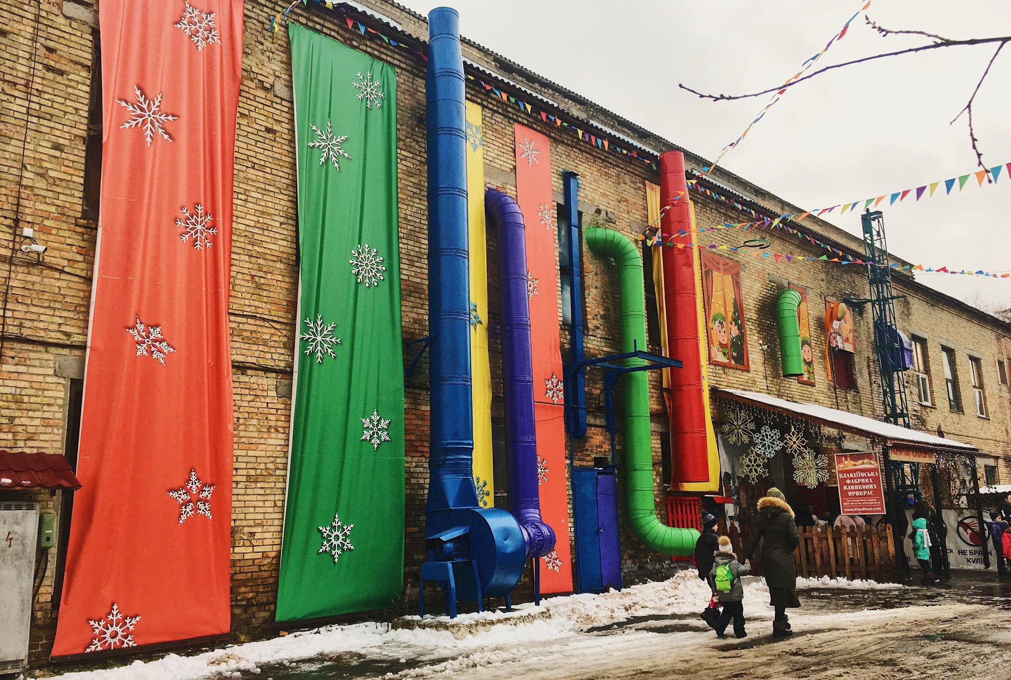 Народження  новорічної краси: як Kyivmaps на фабрику ялинкових прикрас їздили