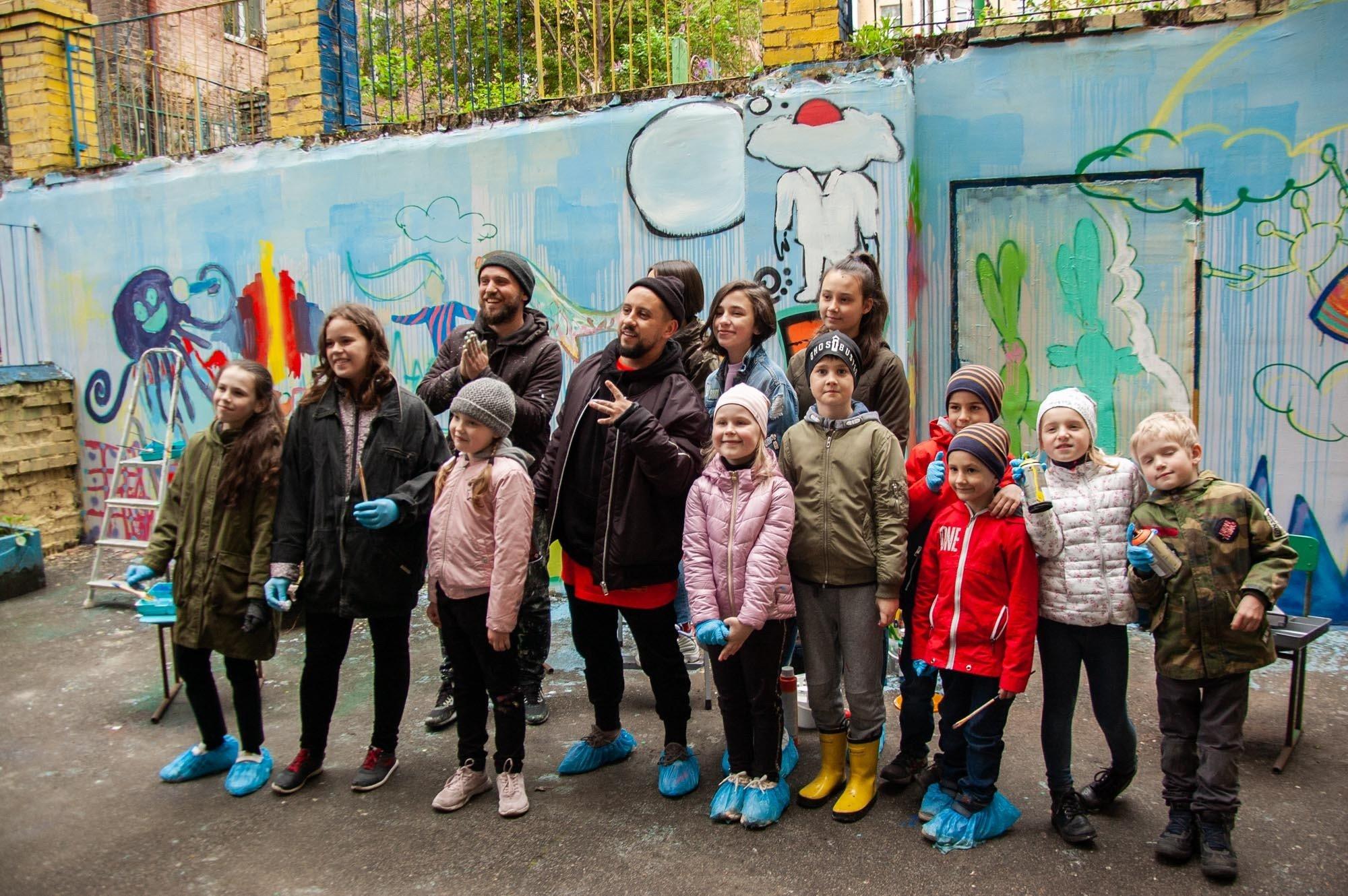 Дети создали мурал в Киеве для нового альбома MONATIKa