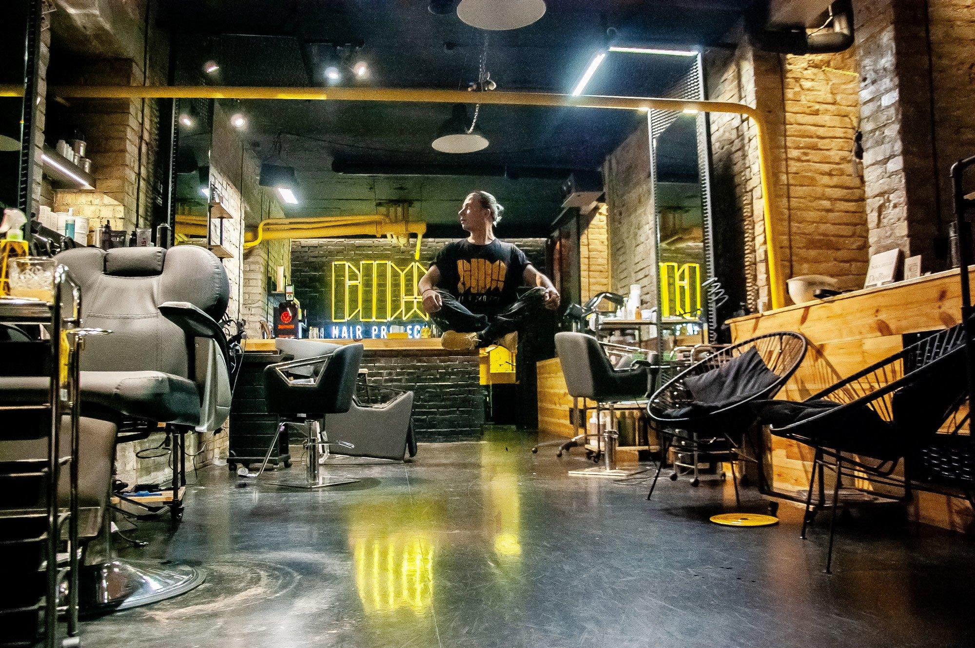 Підземелля, скелети і радикальна стрижка: як Kyivmaps побували в найбільш нестандартному салоні перукарських послуг