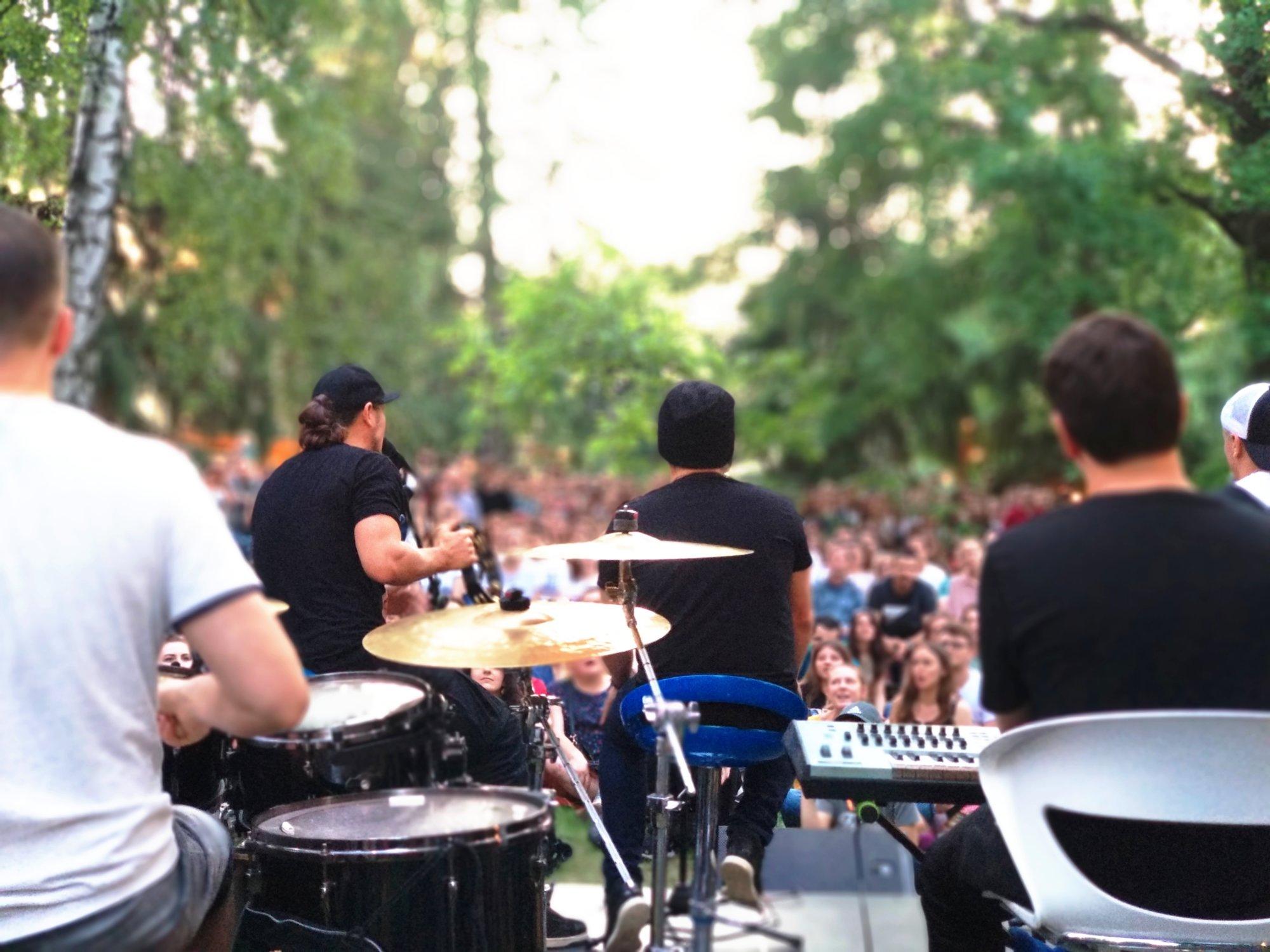 ТНМК зіграли акустику у столичному парку КПІ