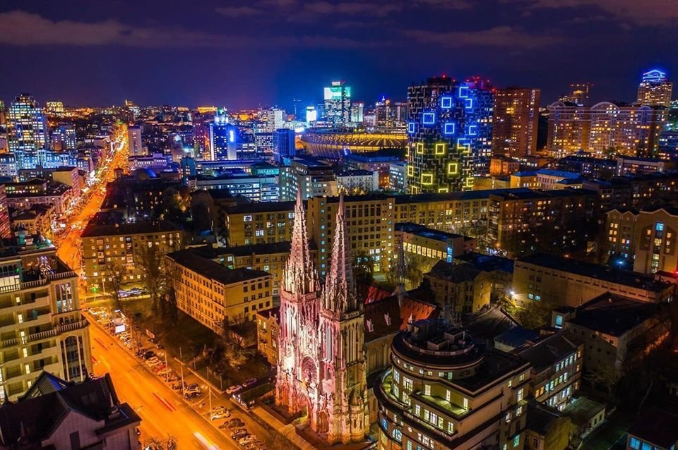 В Киеве начала появляться новогодняя иллюминация